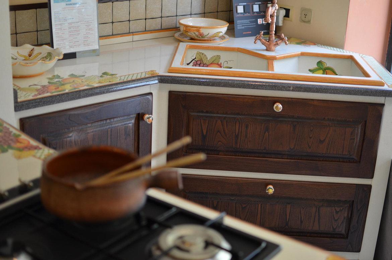 Cucina in muratura artigianale angolare con piano in pietra lavica ceramizzato